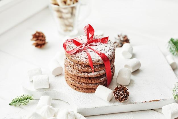 Świąteczne ciasteczka i pianki przy oknie