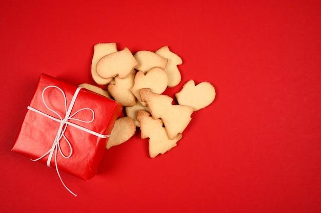 Świąteczne ciasteczka i pudełko na czerwonym tle