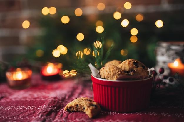 Świąteczne ciasteczka i świece, choinka i światła.
