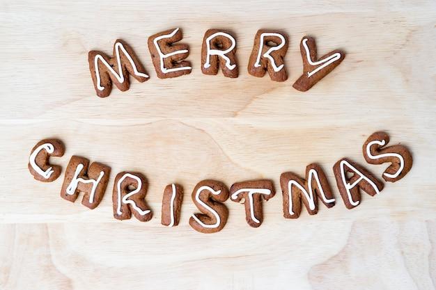 Świąteczne ciasteczka na drewnianym stole. szczęśliwego nowego roku