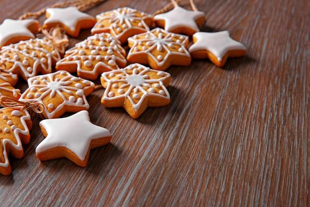 Świąteczne ciasteczka na drewnianym stole