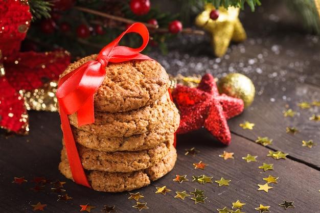 Świąteczne ciasteczka na stole z czerwoną wstążką