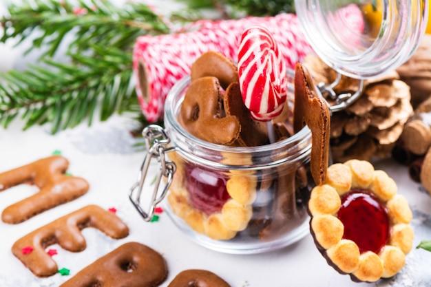 Świąteczne ciasteczka na stole