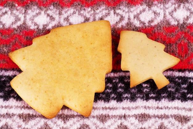 Świąteczne ciasteczka na świątecznym tle
