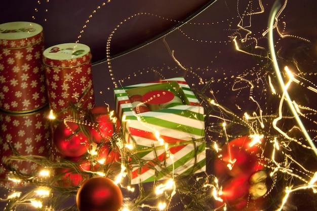 Świąteczne ciasteczka noworoczne z ozdobami świątecznymi oświetlonymi światłami
