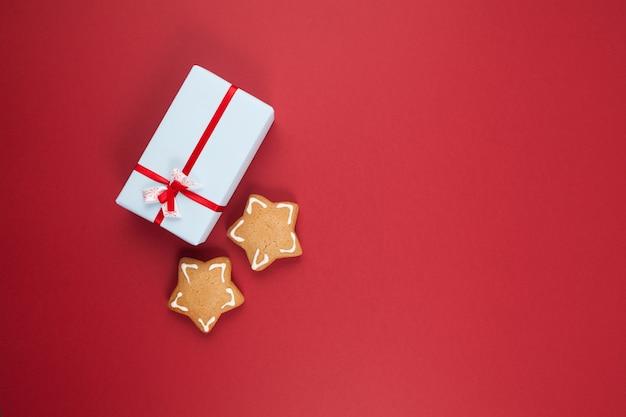 Świąteczne ciasteczka w kształcie gwiazdek i ozdobne pudełko