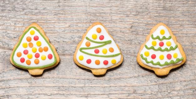 Świąteczne Ciasteczka W Postaci Drzew Na Podłoże Drewniane Premium Zdjęcia
