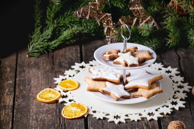Świąteczne ciasteczka z świątecznym wystrojem
