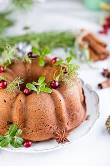 Świąteczne ciasto dyniowe z żurawiną na białym talerzu