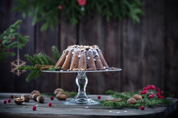 Świąteczne ciasto na ciemnym drewnianym