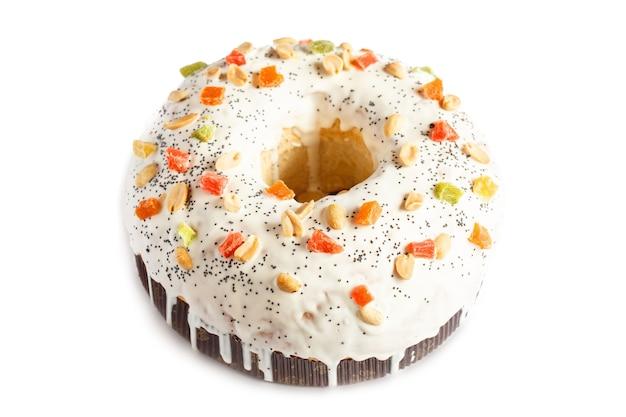 Świąteczne ciasto z owocami i orzechami. ciasto owocowe isolaten na białym tle
