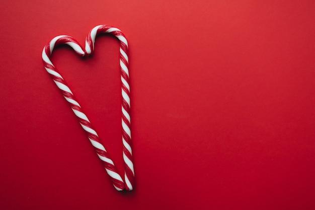 Świąteczne cukierki na czerwonym, czerwonym, białym lizaku.