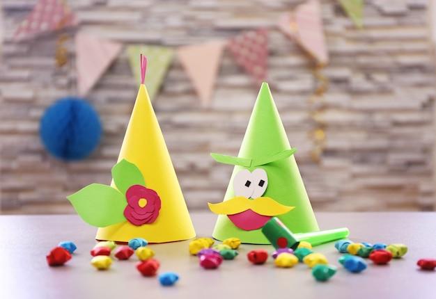 Świąteczne czapki i dekoracje na niewyraźnej powierzchni ściany