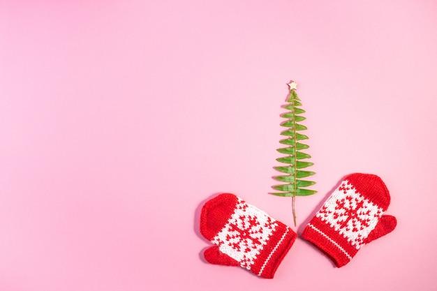 Świąteczne czerwone dziane rękawiczki z motywami płatka śniegu,