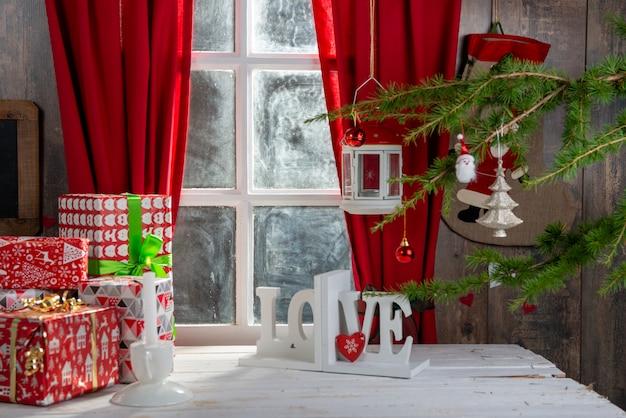 Świąteczne dekoracje gify w pobliżu rustykalnego okna