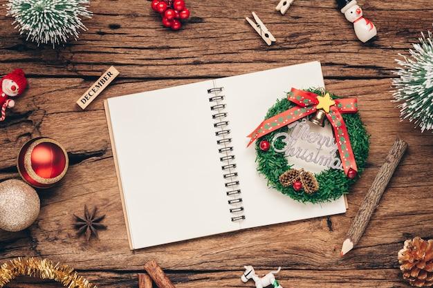 Świąteczne dekoracje i otwarty notatnik, widok z góry