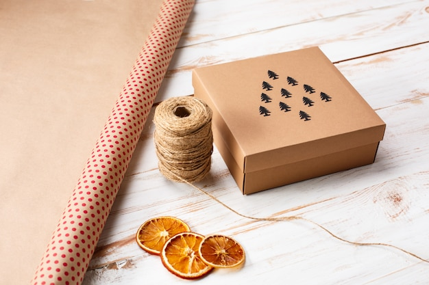 Świąteczne dekoracje i pudełko na drewnianej powierzchni