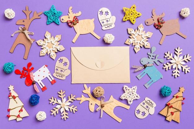 Świąteczne dekoracje i zabawki na fioletowo