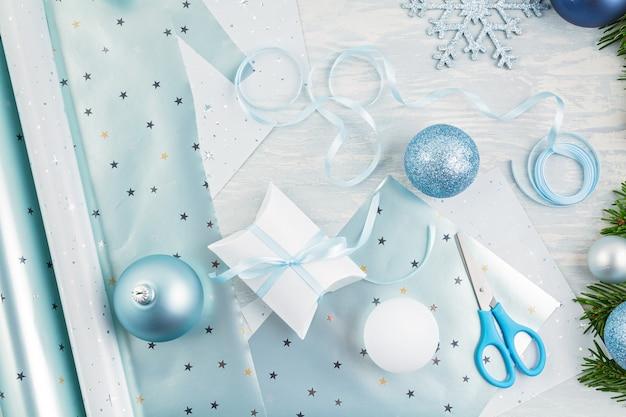 Świąteczne dekoracje na boże narodzenie w kolorze niebieskim i srebrnym oraz prezenty