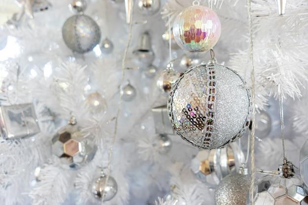 Świąteczne dekoracje na choince na festiwal