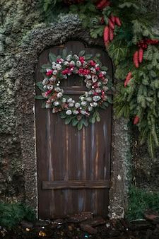 Świąteczne dekoracje na drewniane drzwi