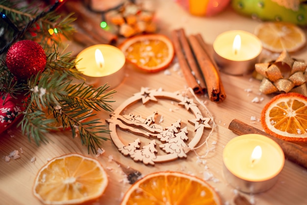 Świąteczne dekoracje na drewnianym stole. motyw świąteczny, świąteczny nastrój, ciepłe kolory.