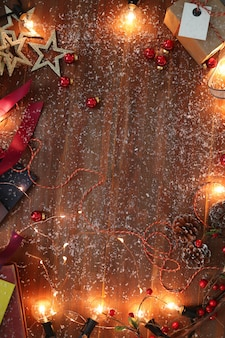 Świąteczne dekoracje na drewnianym stole