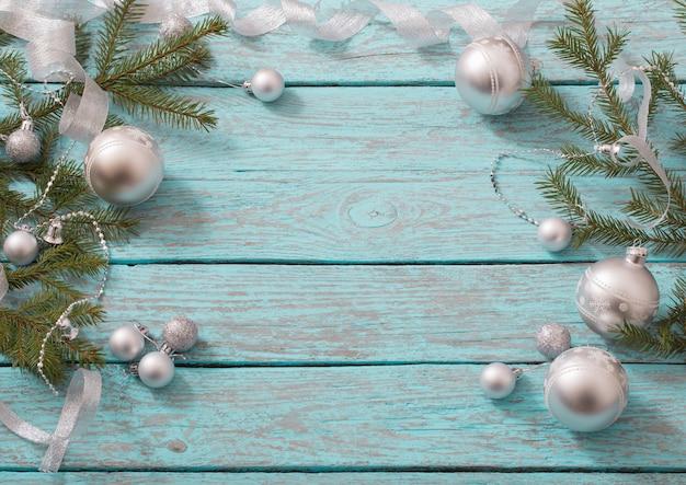 Świąteczne dekoracje na niebieskim tle drewnianych