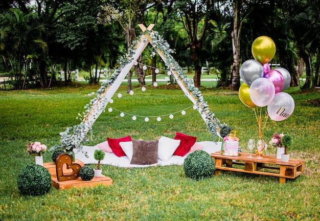 Świąteczne dekoracje na przyjęcie w ogrodzie