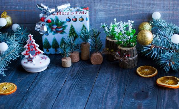 Świąteczne dekoracje na rustykalnej drewnianej powierzchni