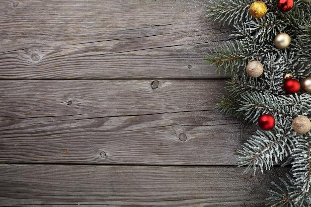 Świąteczne dekoracje na starej drewnianej desce grunge. widok z góry