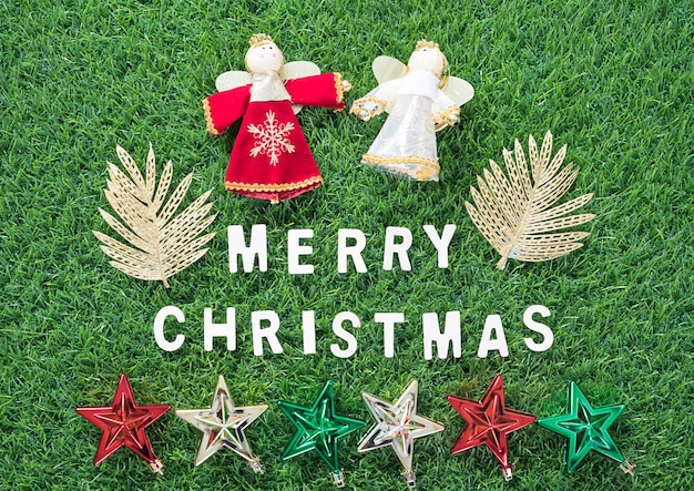 Świąteczne dekoracje na zielonej trawie
