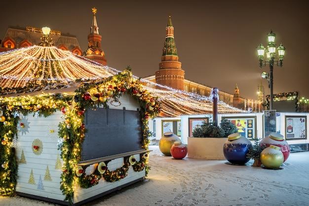 Świąteczne dekoracje placu manezhnaya w moskwie