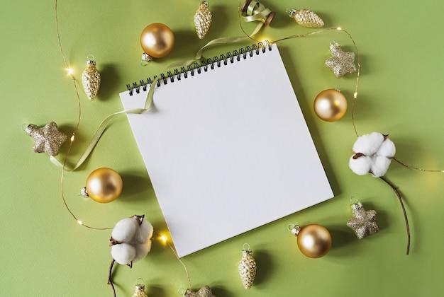 Świąteczne dekoracje świąteczne i notebook.