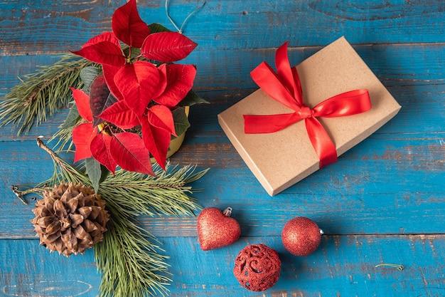 Świąteczne dekoracje świąteczne i noworoczne na niebieskim tle starego drewna. koncepcja bożego narodzenia.