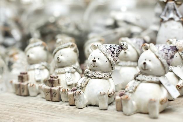 Świąteczne dekoracje świąteczne. półka z figurkami zabawkowych białych niedźwiedzi. małe rzeczy, które tworzą świąteczny nastrój.