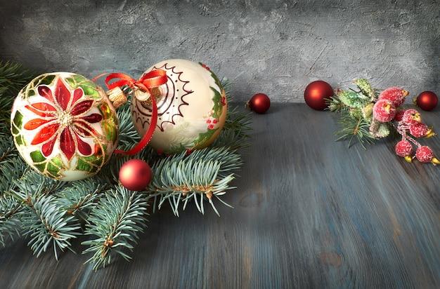 Świąteczne dekoracje w kolorze zielonym, czerwonym i białym na rustykalnym drewnie