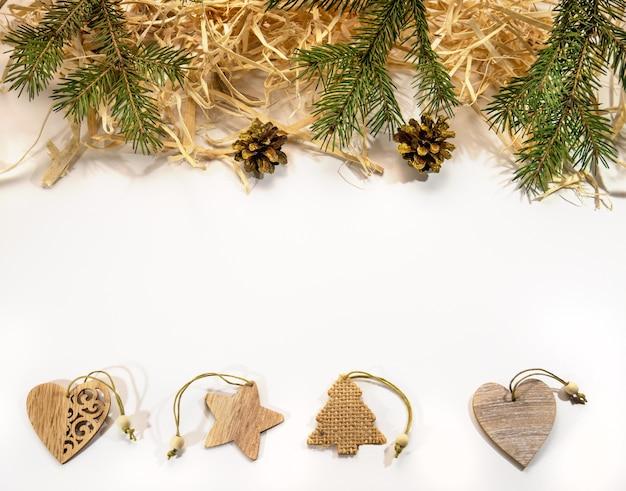 Świąteczne dekoracje wykonane z naturalnych materiałów gałązki jodły szyszki wióry drewniane zabawki świąteczne