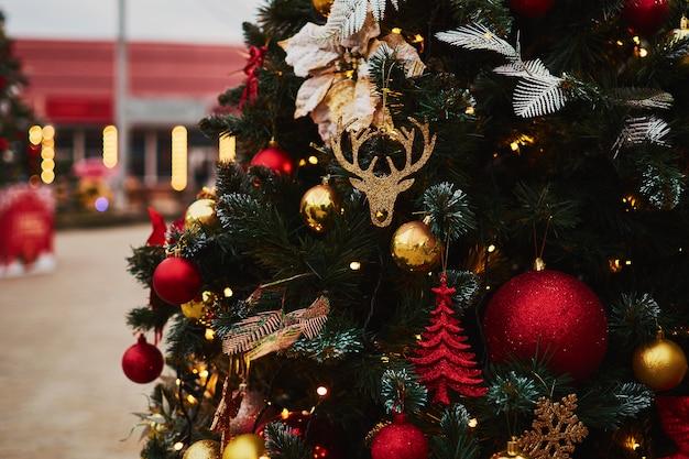 Świąteczne dekoracje z ciepłymi światłami