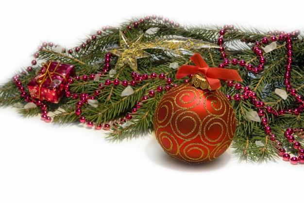 Świąteczne dekoracje z czerwoną kulką i zielonym drzewem