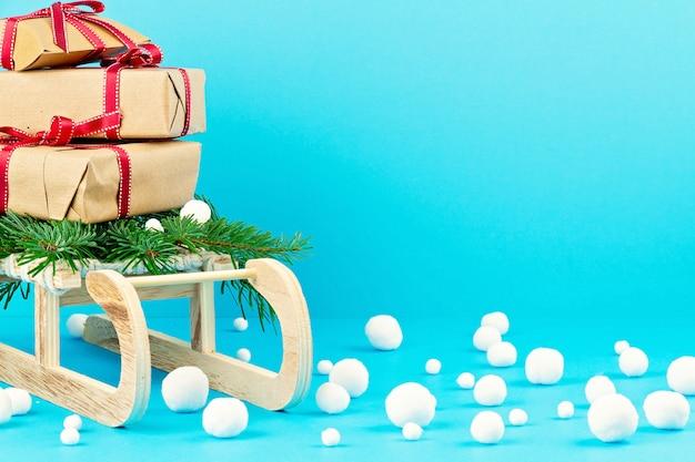 Świąteczne dekoracje z drewnianymi sanek, sosna, prezenty z miejsca kopiowania. kartkę z życzeniami sezonowymi
