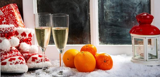 Świąteczne dekoracje z kieliszkami szampana