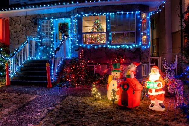 Świąteczne dekoracje z kolorowymi żarówkami