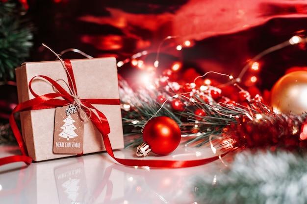 Świąteczne dekoracje z kulkami i prezentem na boże narodzenie