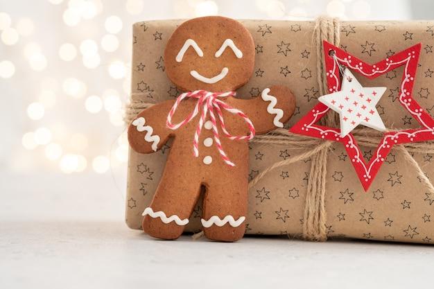 Świąteczne dekoracje z piernika i pudełkiem prezentów