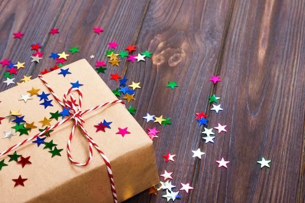 Świąteczne dekoracje z szkatułce na uroczystości z konfetti gwiazda najlepsze tło świąt bożego narodzenia