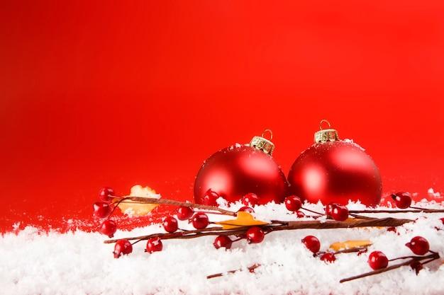 Świąteczne dekoracje ze śniegiem i głogiem