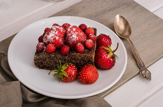 Świąteczne deserowe ciasto czekoladowe z truskawkami i truskawkami