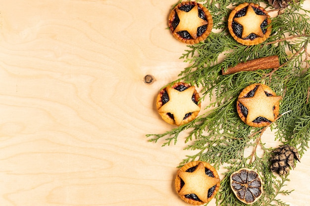 Świąteczne domowe ciasta mince z dekoracjami świątecznymi