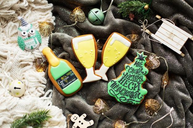 Świąteczne domowe pierniki i ozdoby świąteczne.